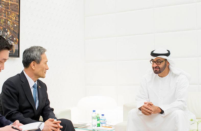 محمد بن زايد يبحث مع وزير دفاع كوريا الجنوبية العلاقات الثنائية والتطورات الإقليمية والدولية
