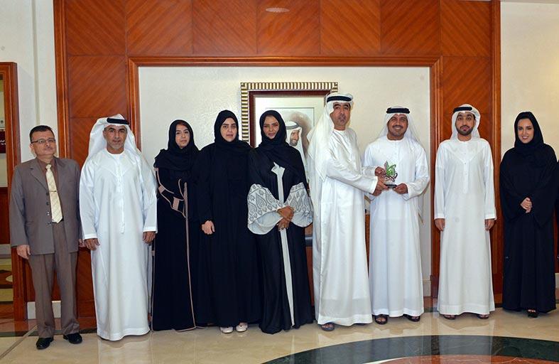 مدير عام الأرشيف الوطني يتسلم جائزة أفكار الإمارات في مجال التغطية الإعلامية لمبادرة وطنية