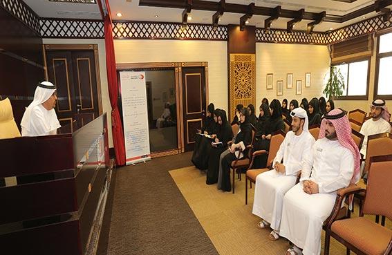 مدير عام محاكم دبي يلتقي الموظفين الجدد ويرحب باقتراحاتهم البناءة