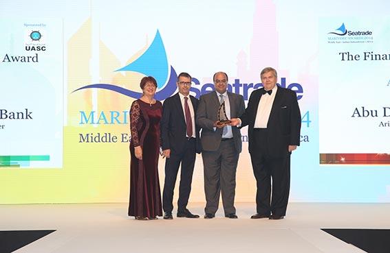 مصرف أبوظبي الإسلامي يحصد جائزة سي تريد البحرية عن فئة تمويل الشحن البحري