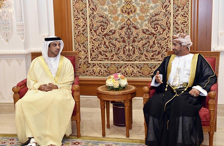 منصور بن زايد يصل إلى سلطنة عمان