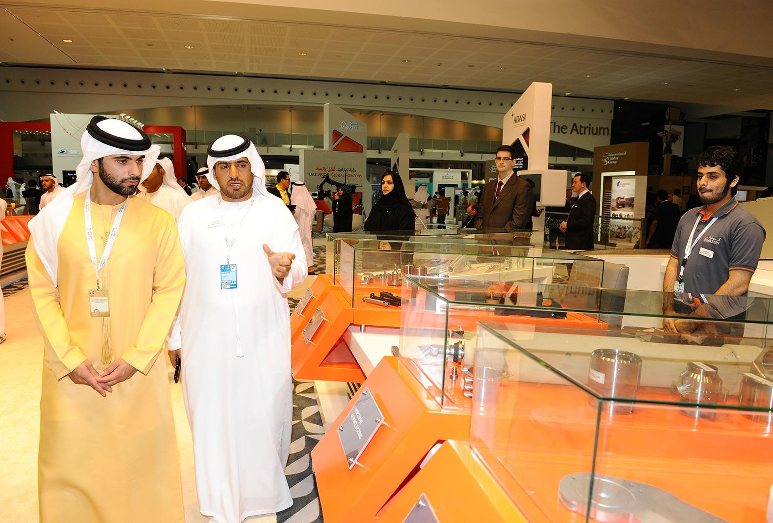 منصور بن محمد بن راشد يزور معرض آيدكس 2013