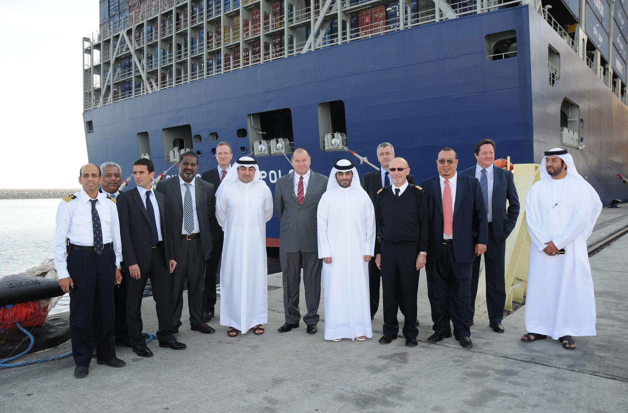 ميناء خورفكان يستقبل أكبر سفينة حاويات في العالم