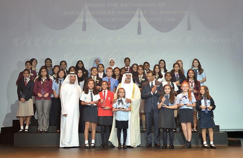 نهيان بن مبارك يسلم جوائز الشيخة فاطمة بنت مبارك للتفوق إلى 37 طالبة من مدارس جيمس