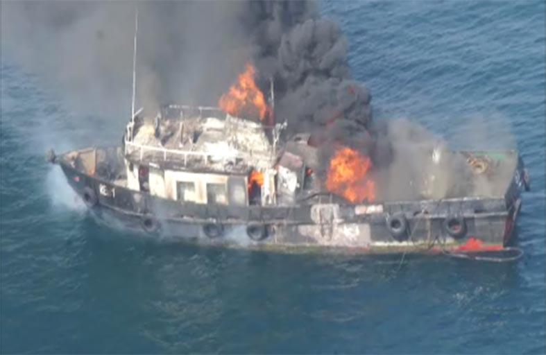 وفاة شخص واصابة 3 آخرين اثر حريق سفينة بالشارقة