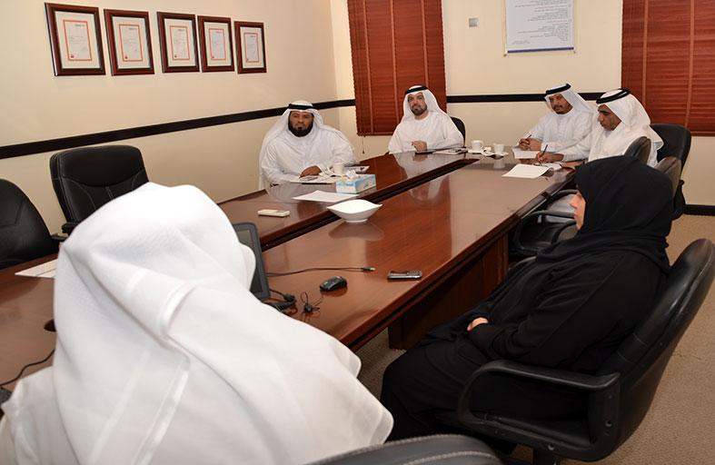 وفد من وزارة العمل يطلع على خبرات بلدية عجمان في التميز المؤسسي