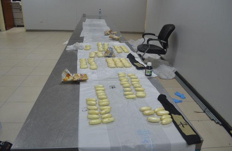مفتشو مركز جمرك مطار أبوظبي الدولي يحبطون محاولة تهريب (146) كبسولة كوكايين