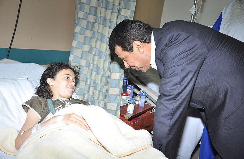 دحلان يزور جرحى غزة في القاهرة
