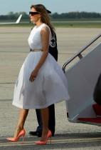 سيدة أمريكا الأولى ميلانيا ترامب لدى وصولها إلى قاعدة أندروز المشتركة خارج واشنطن، بعد عطلة عيد الفصح في بالم بيتش، فلوريدا. (رويترز)
