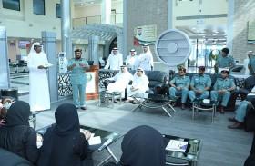 شرطة رأس الخيمة تكرم موظفين بمركز خدمات المرور