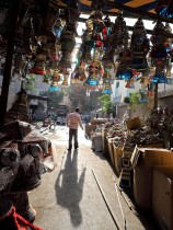 بيع الفوانيس تجارة تزدهر في شهر رمضان الكريم بمختلف أحياء مصر  (رويترز)