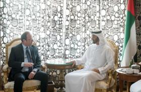 محمد بن زايد يستعرض مع هولاند علاقات التعاون بين الإمارات وفرنسا