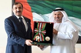 رئيس الدولة يمنح السفير الجزائري وسام الاستقلال من الطبقة الأولى
