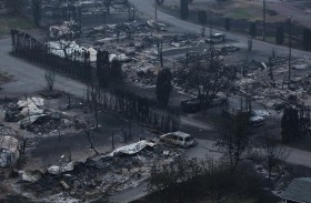 عشرات آلاف الكنديين يفرون من حرائق الغابات