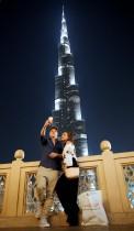 زوجان خلال جولتهما السياحية في دبي يلتقطان صورة