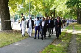 وفد إماراتي يزور مسجدي مدينة كرايستشيرش النيوزيلندية ويلتقي أهالي الشهداء