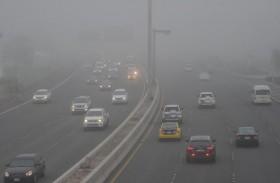 شرطة أبوظبي تدعو السائقين لخفض السرعات إلى 80 كم خلال تشكل الضباب