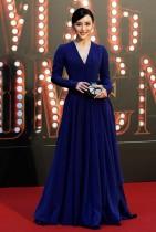 الممثلة دادا تشان على السجادة الحمراء خلال حضورها مهرجان جوائز هونغ كونغ السينمائية الـ 36.   (رويترز)