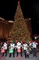 مشجعي فريق فرسان فيغاس كنيتلين درومبوتس الذهبي يؤدون عرضاً أمام شجرة عيد الميلاد قبل المباراة التي فاز فيها فريقهم على فريق بنجوينز بيتسبرغ في لاس فيغاس، نيفادا.    (ا ف ب)