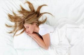 تسريحات شعر تحمي شعرك من التشابك المزعج أثناء النوم