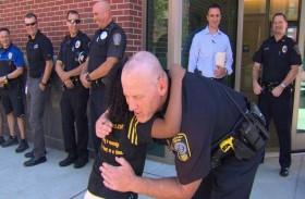 طفلة تجوب أمريكا لعناق رجال الشرطة