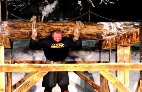 يرفع شجرة وزنها 635 كغم