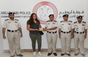 شرطة أبوظبي تكرم كندية منعت امرأة من الانتحار