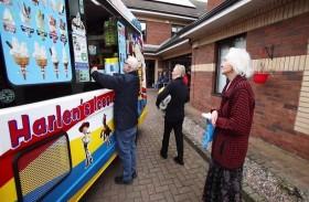 بائع مثلجات لخدمة الناس المعزولين