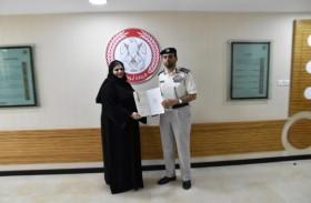 شرطة أبوظبي تكرم إحدى المنتسبات لجهودها في تطوير العمل