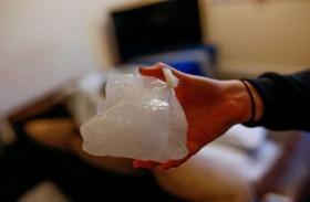 ينجو من قطعة جليد ضخمة