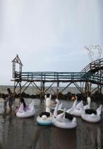قرويون يلعبون في شاطئ رمبات ، أحد الأماكن السياحية العديدة المهددة بالتلاشي في منطقة إندرامايو، مقاطعة جاوة الغربية، إندونيسيا.   رويترز