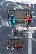 سياح يستمتعون بالجلوس على مصاعد التزلج مرتدين أقنعة واقية في منتجع التزلج ستوهليك في النمسا. ا ف ب