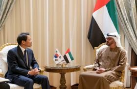 محمد بن زايد يبحث مع مبعوث الرئيس الكوري الجنوبي العلاقات الثنائية المتميزة بين البلدين