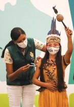 الفتاة فاندا من قبيلة ويتوتو  من السكان الأصليين تتلقى لقاح مرض فيروس كورونا في ماناوس بالبرازيل. رويترز