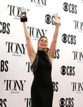 ستيفاني جيه بلوك سعيدة بفوزها بجائزة من جوائز توني المسرحية عن أفضل ممثلة في مسرحية موسيقية عن تجسيدها دور المغنية الشهيرة شير في مسرحية (ذا شير شو). (رويترز)