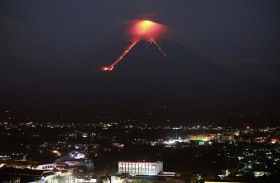 الآلاف يفرون خوفا من بركان مايون في الفلبين