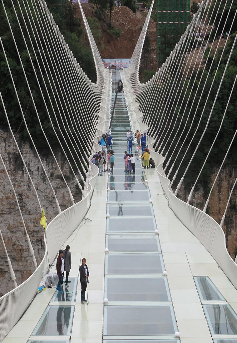 حفل اختبار سلامة الجسر الزجاجي الذي يبلغ طوله 430 مترا في تشانغجياجيه بمقاطعة هونان الصينية. (رويترز)