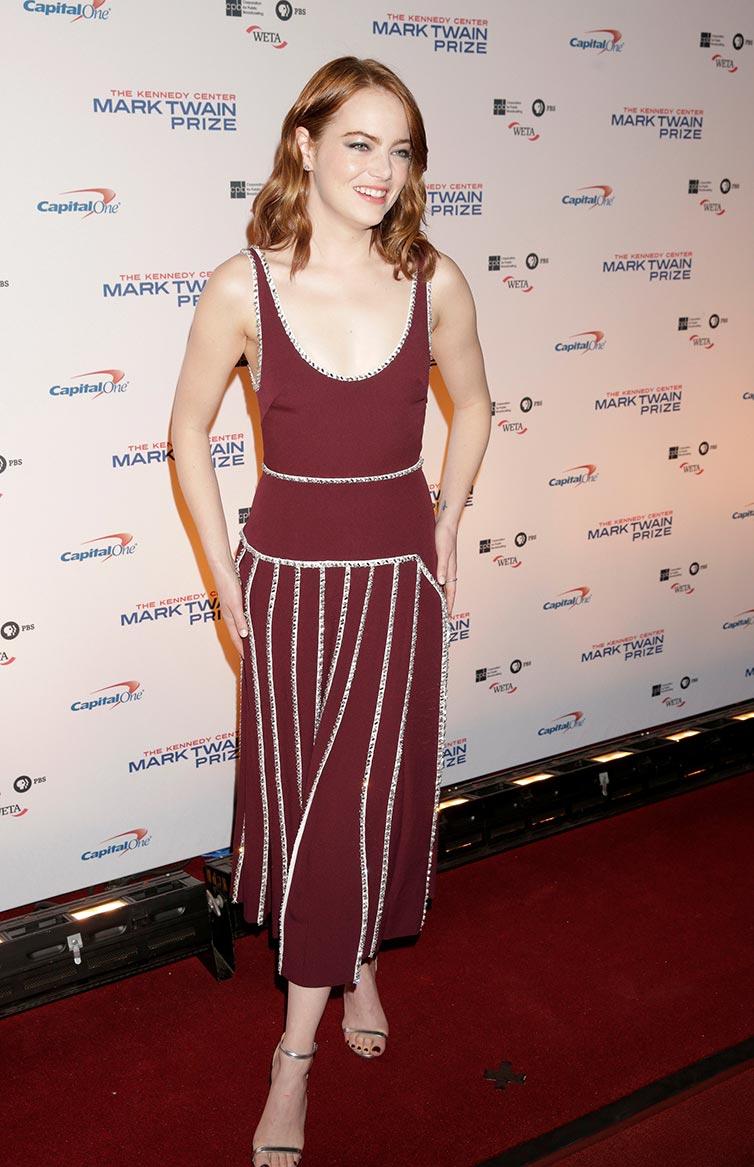 الممثلة إيما ستون لدى وصولها لحضور جائزة مارك توين السنوية في مركز كينيدي بواشنطن. (رويترز)