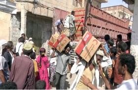 « الهلال » يوزع آلاف السلال الغذائية على سكان مديرية حيس اليمنية