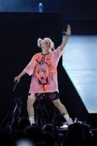 بيلي إيليش تؤدي  عرضا على خشبة المسرح خلال مهرجان الموسيقى iHeartRadio لعام 2021 في لاس فيجاس ، نيفادا. ا ف ب