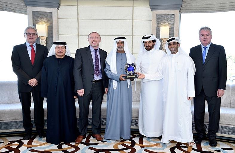 رئيس نادي الإمارات للسيارات محمد بن سليّم يحيي المتطوعين الفائزين