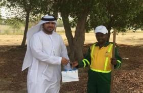 بلدية مدينة أبوظبي توزع القبعات والمياه والعصائر على العمال في الوثبة