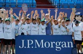 نجمة التنس كيربر تدخل البهجة إلى 750 طفلاً في دبي