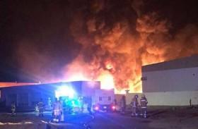 """الدفاع المدني يسيطر على حريق صناعية """"أم القيوين"""" دون إصابات"""