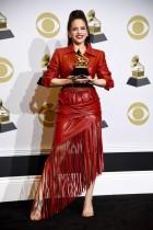 أماندا إدواردز تحمل جائزة أفضل ألبوم روك خلال حفل توزيع جوائز GRAMMY السنوية في لوس أنجلوس، كاليفورنيا. ا ف ب