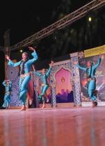 عضوات من فرقة رضا الفولكلورية يقدمن عرضًا في دار الأوبرا في القاهرة، مصر.   رويترز
