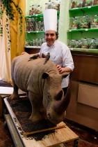صانع الشوكولاتة الفرنسي إيريك ثيفينوت وقد صنع منحوتة باستخدام 180 كجم من الشوكولاتة تكريماً لوحيد القرن الذي قتل في حديقة حيوان ثويري على يد مسلحين مجهولين. (ا ف ب)