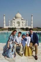 رئيس الوزراء الكندي جاستن ترودياو وزوجته صوفي غريغوار وأطفاله أثناء زيارتهم لتاج محل في أغرا بالهند. (ا ف ب)