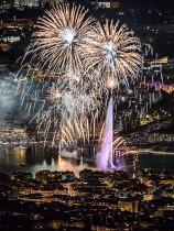 صورة التقطت من جبل فرنسي ، تظهر الألعاب النارية التي تضيء مدينة جنيف خلال 45 دقيقة من عرض الألعاب النارية التقليدي. (ا ف ب)
