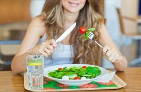 الماء أثناء الأكل وبعده.. يفيد أم يضر؟